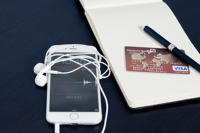 Polacy coraz chętniej kupują przy użyciu smartfonów